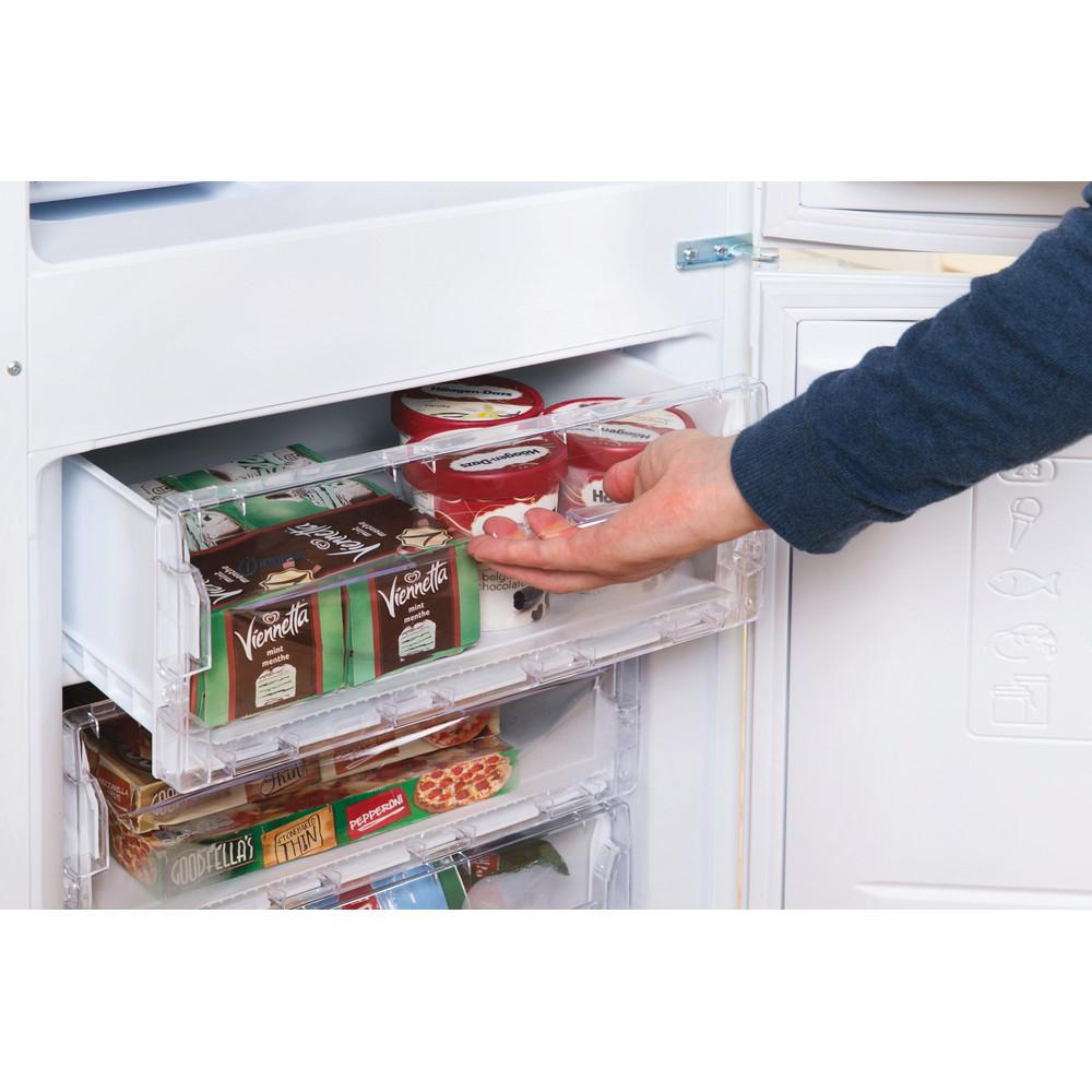 Indesit Комбиниран хладилник с камера Свободностоящи CAA 55 1 Бял 2 врати Lifestyle people