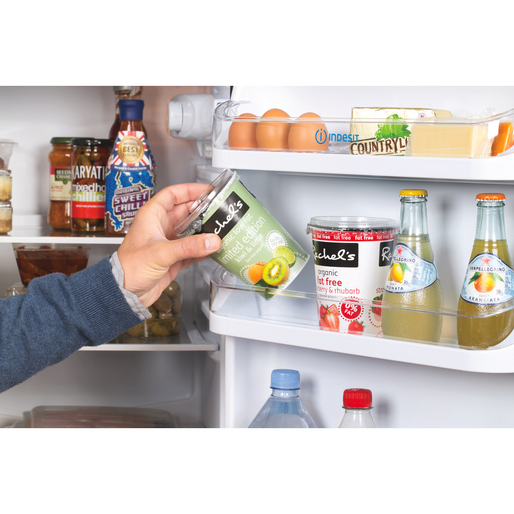 Indesit Fridge-Freezer Combination Free-standing IBD 5517 B UK 1 Black 2 doors Lifestyle people