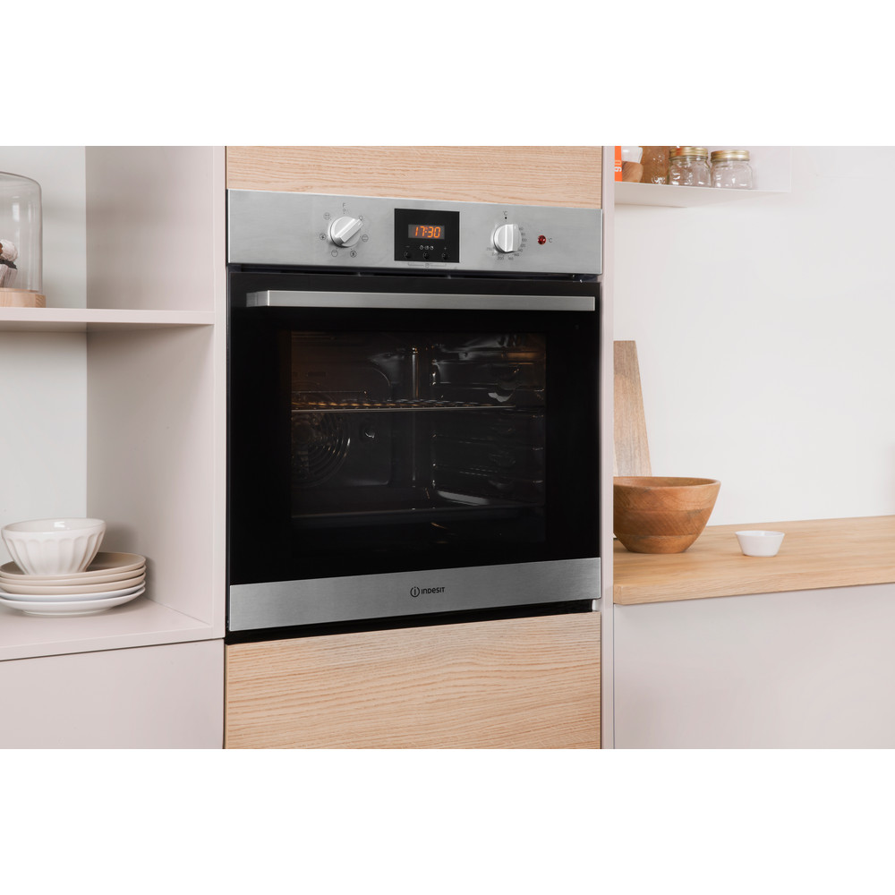 Indesit OVEN Built-in IFW 65Y0 IX UK Electric A Lifestyle_Perspective