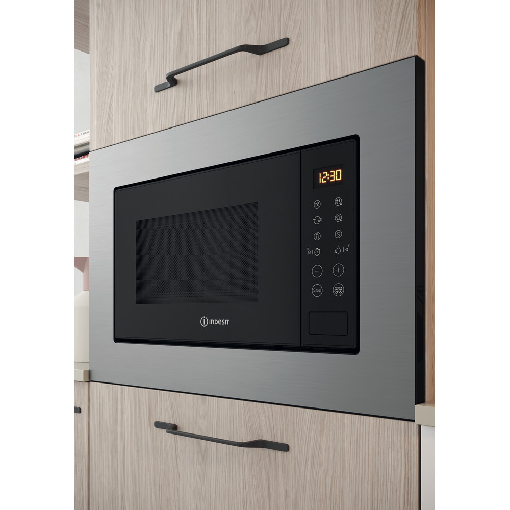 Indesit Micro-ondas Encastre MWI 120 GX Aço inoxidável Eletrónico 20 MO + Função Grill 800 Lifestyle perspective