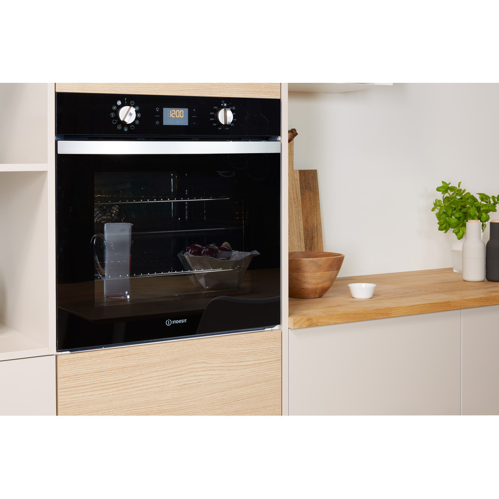 Indesit OVEN Built-in IFW 4841 C BL UK Electric A+ Lifestyle_Perspective