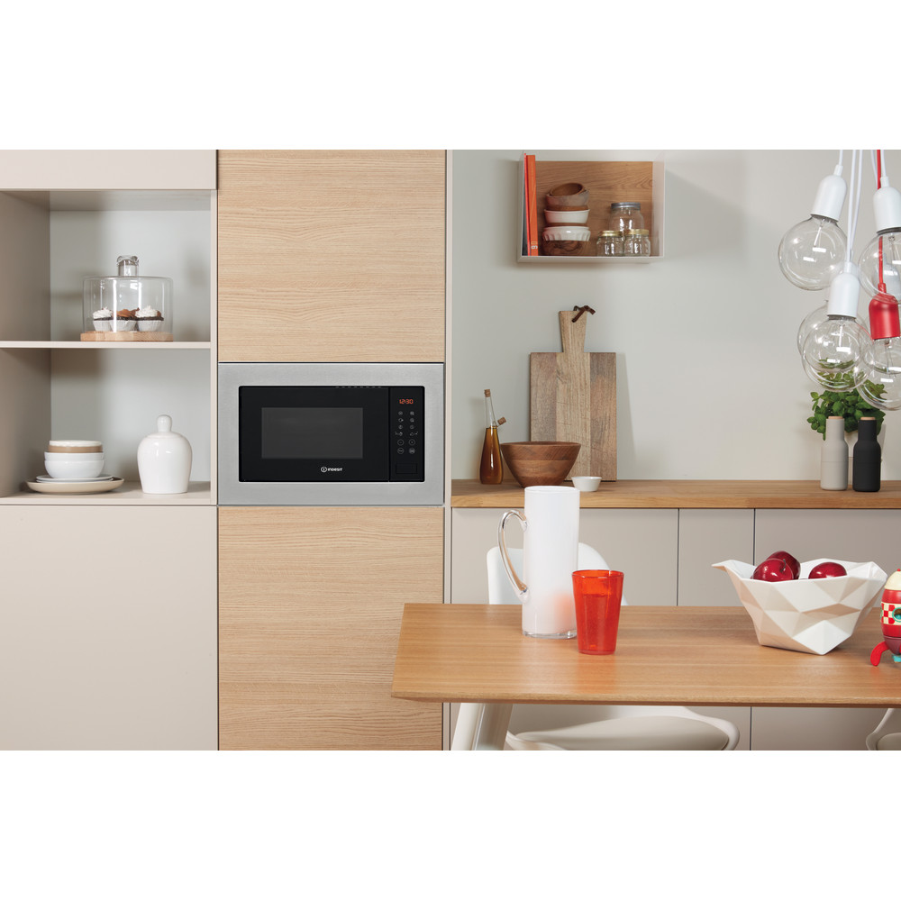 Indesit Microonde Da incasso MWI 125 GX Stainless Steel Elettronico 25 Microonde + grill 900 Lifestyle frontal