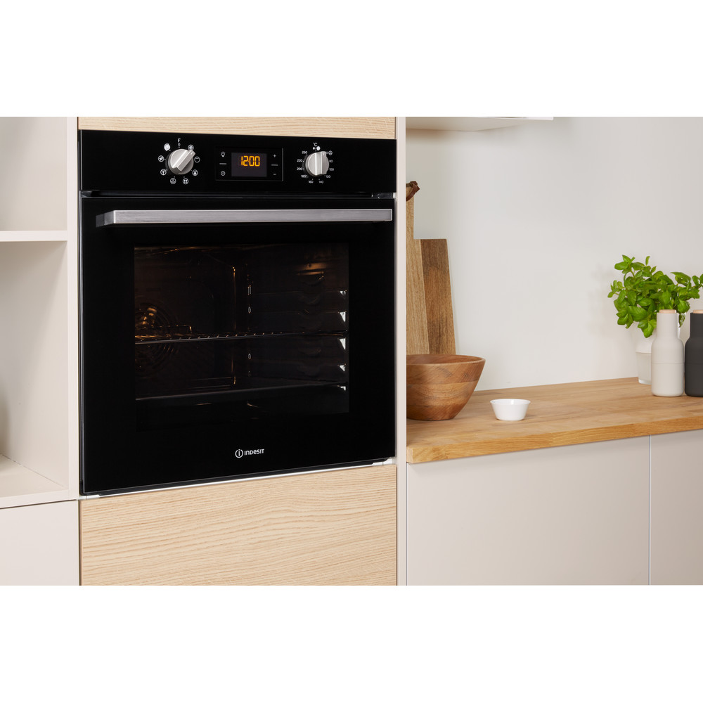 Indesit OVEN Built-in IFW 6340 BL UK Electric A Lifestyle perspective