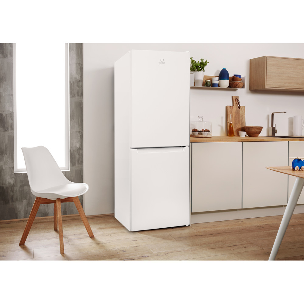 Indesit Kombinovaná chladnička s mrazničkou Volně stojící LR7 S2 W Bílá 2 doors Lifestyle perspective
