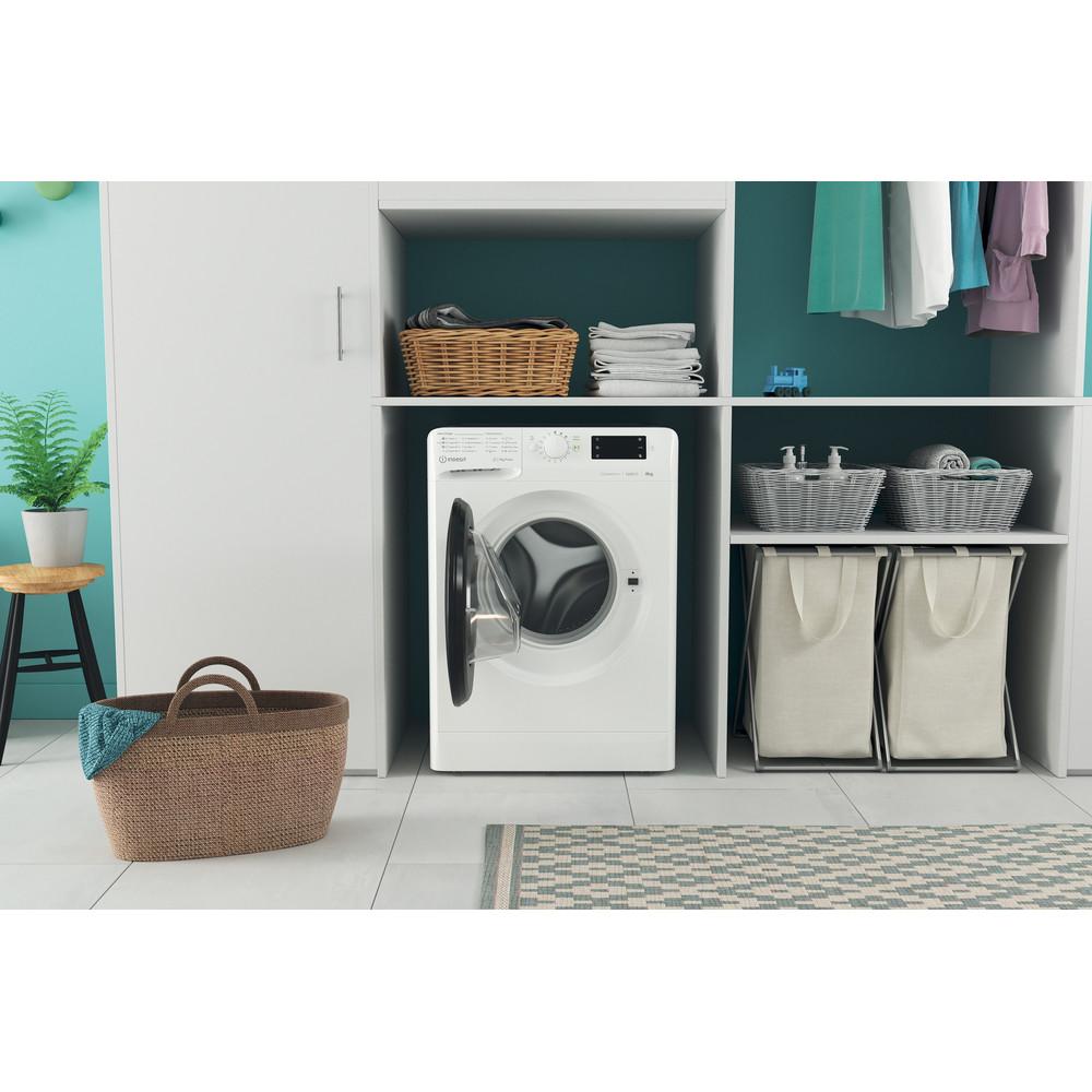 Indsit Maşină de spălat rufe Independent MTWE 81283 WK EE Alb Încărcare frontală D Lifestyle frontal open