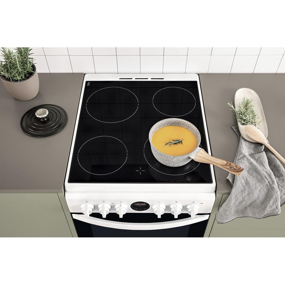 Indesit Cuisinière IS5V5CCW/E Blanc Electrique Lifestyle frontal top down