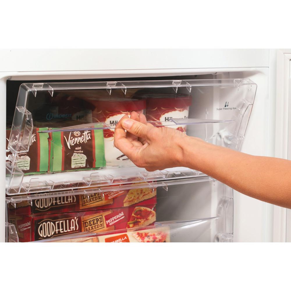Indesit Combinazione Frigorifero/Congelatore A libera installazione NCAA 55 Bianco 2 porte Lifestyle people