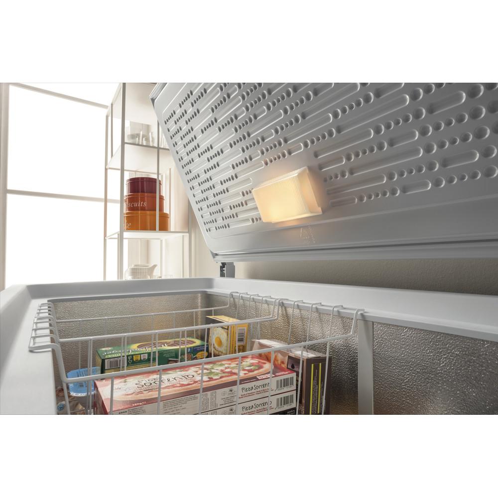 Indesit Congelador Livre Instalação OS 1A 400 H 1 Branco Lifestyle perspective open