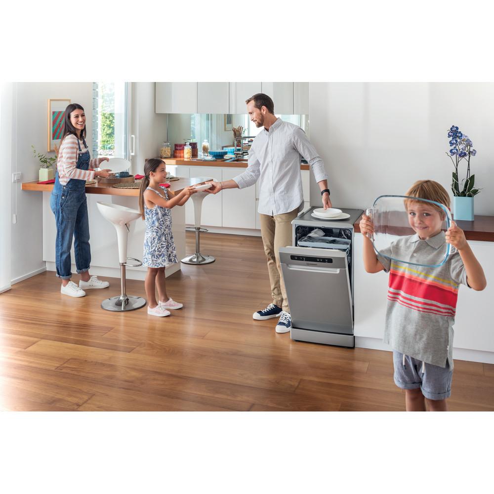 Indesit Umývačka riadu Voľne stojace DSFO 3T224 C S Voľne stojace A++ Lifestyle people